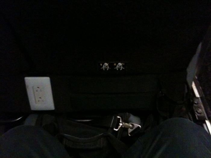 의자아래 마련된 파워 outlet
