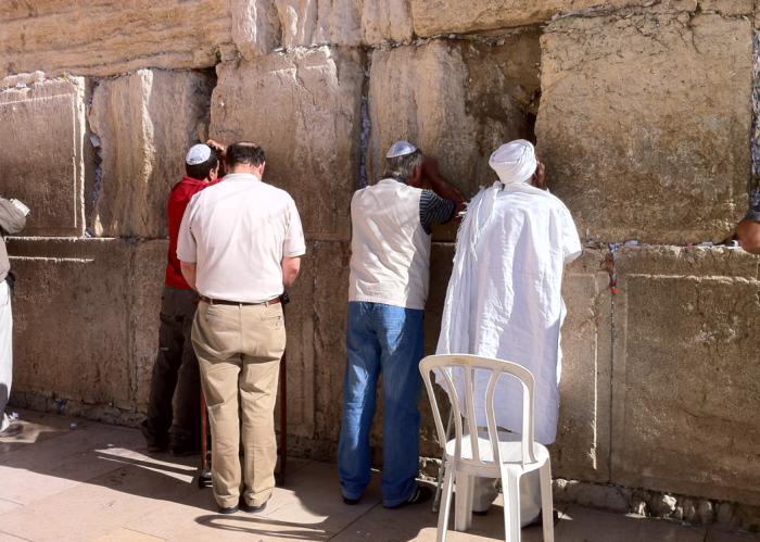 예루살렘의 올드시티 통곡의 벽에서 기도하는 유대인들.