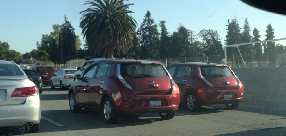 실리콘밸리 서니베일인근도로를 달리고 있는 두대의 닛산 리프. 이처럼 요즘 실리콘밸리에서는 전기차를 길거리에서 접하는 일이 흔하다.