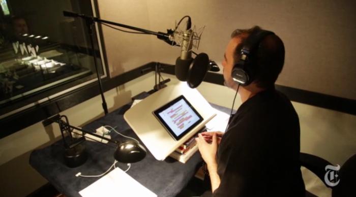 요즘 성우들이 오디오북을 녹음할때는 아이패드로 책 내용을 읽는 모양. NYT비디오 캡처.