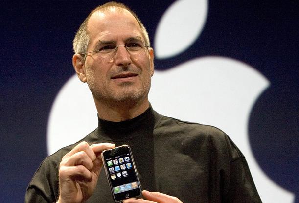 2007년 1월 맥월드에서 아이폰을 발표하는 스티브 잡스.