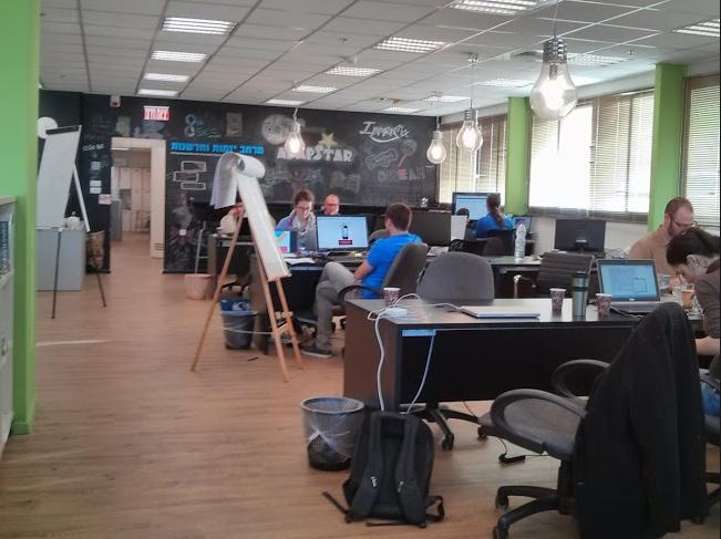 텔아비브의 한 도서관내에 스타트업을 위해 만들어진 Co-working space공간.