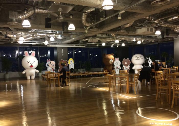 네이버의 일본 자회사인 NHN Japan은 라인의 인기로 회사이름도 Line Corp으로 바꿨다. 사진은 시부야 히카리에 빌딩에 있는 라인주식회사의 카페모습.