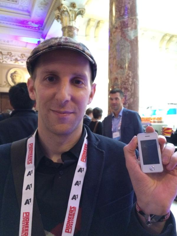"""벤자민은 심천에서 만든 소형 아이폰짝퉁 스마트폰을 보여주며 """"몇만원 안하는 이런 폰이 훌륭하게 작동한다.  심천의 제조능력을 우습게 보면 안된다""""고 말했다."""